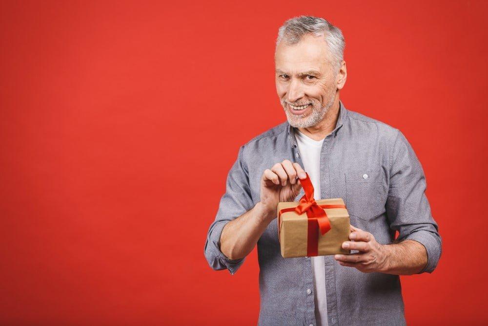 Glad far der pakker en julegave op